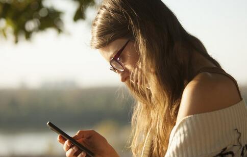 一醒来就看手机伤身心 长期不离手机有这七大危害