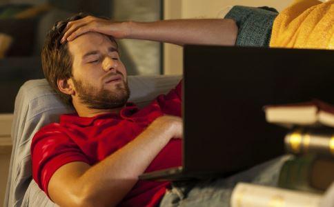 男子熬夜眼睛漏水 熬夜对眼睛有哪些危害 什么是中心性浆液性脉络膜视网膜病变