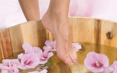 女性睡前怎么做改善皮肤状况 睡前泡脚有什么好处 睡前梳头有哪些作用
