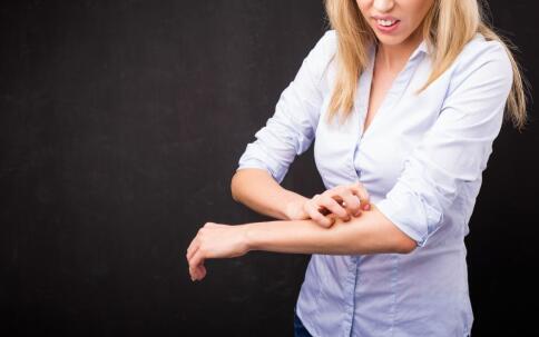 什么因素会导致荨麻疹 引起荨麻疹的原因有哪些 荨麻疹患者该如何护理