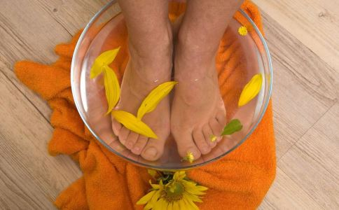 秋季泡脚好吗 秋季泡脚有什么好处 哪些人最新注册送体验金平台泡脚