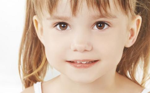 """吃得太精细 6岁女孩长出""""双排牙"""""""
