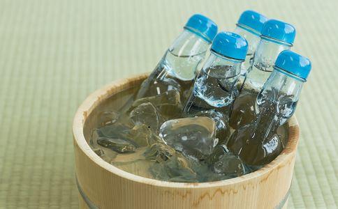 日本人每周都喝苏打水 苏打水有什么好处 苏打水的功效