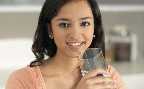 早起第一杯水你喝的是什么 早上第一杯水喝什么好 早晨起床第一杯喝什么水最好