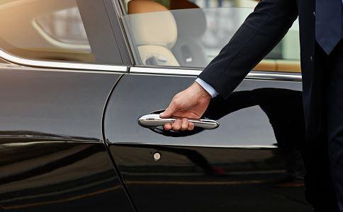 坐车顶遭限高杆削脑袋 开车安全注意事项 开车注意事项