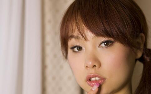嘴唇干裂是什么原因 嘴唇干裂要如何护唇 嘴唇干裂脱皮怎么办