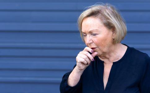 阿姨咳嗽脊柱骨折 骨质疏松的症状有哪些 如何预防骨质疏松