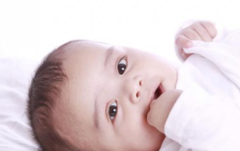 怎么判断宝宝长牙发烧 这篇文章了解一下