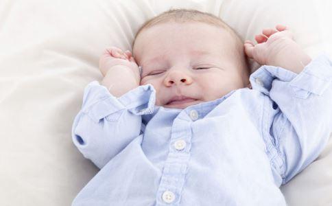 宝宝睡觉笑出声 婴儿睡觉时笑出声 婴儿睡觉时突然笑出声
