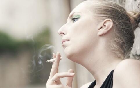 专家批中国烟包装太漂亮 男性吸烟增加患癌风险