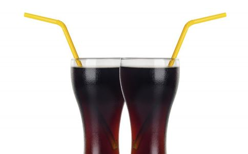 过量喝可乐危害大 烟民常喝易致癌