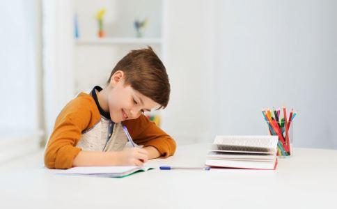 孩子写作业慢怎么办 孩子写作业磨蹭怎么办 如何陪伴孩子写作业