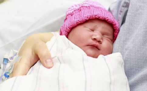 宝宝用纸尿裤好还是尿布好 宝宝用尿布的好处 宝宝用纸尿裤的好处