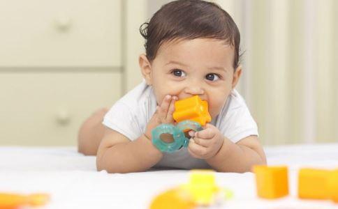 什么时候训练宝宝自己吃饭 什么时候可以训练宝宝自己吃饭 什么时候训练宝宝吃饭