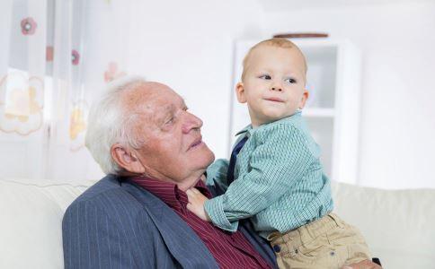 老人和孩子一起睡好吗 孩子不能跟老人一起睡 孩子与老人一起睡
