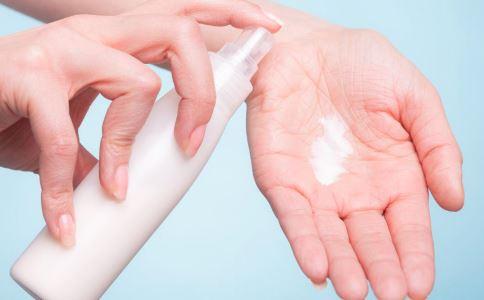 冬天为什么要涂身体乳 冬天使用身体乳有哪些好处 使用身体乳要注意什么