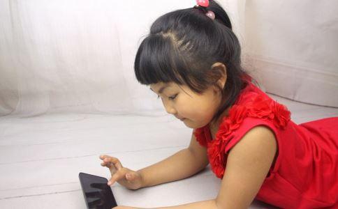 经常玩手机的危害 长期玩手机的儿童大脑变薄 儿童长期玩手机有哪些危害