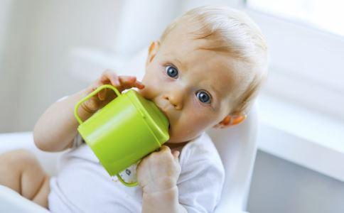 宝宝多大用水杯喝水 宝宝多大可以用水杯 宝宝用水杯