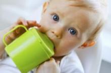 奶瓶换成水杯 从几个月开始会合适