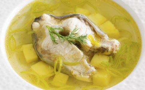 喝鱼汤鱼刺扎进心脏 吃鱼被鱼刺卡住了怎么办 被鱼刺卡住了吃什么好