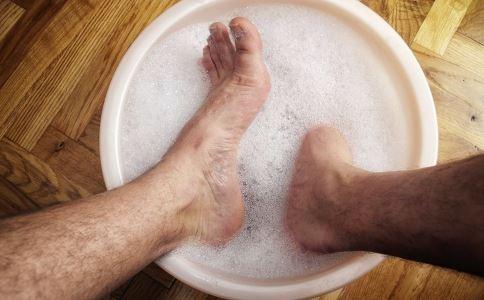 生姜泡脚好吗 生姜泡脚有什么好处 泡脚要注意什么