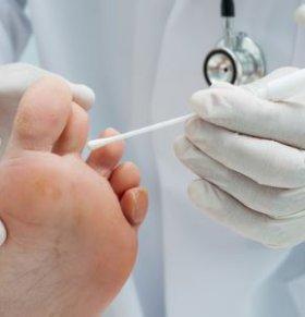 小偷脚太臭被发现 脚臭是什么原因引起  脚臭和脚气的区别