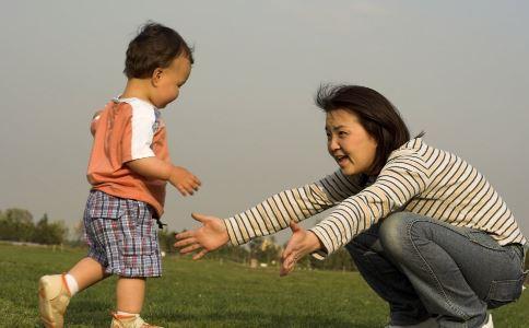 宝宝学步 宝宝学步期 宝宝学步如何扶走