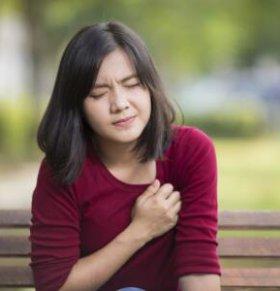 女性乳腺增生的三个症状 导致女性乳腺增生的原因 女性乳腺增生不能吃什么