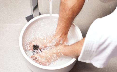 生姜泡脚能治疗感冒吗 生姜泡脚有什么好处 生姜泡脚好吗