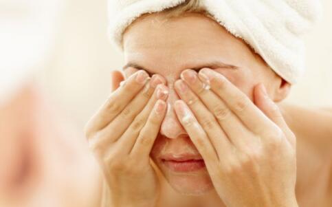 冬天洗脸冷水好还是热水好 洗脸用冷水好吗 洗脸用热水好吗