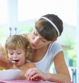 给孩子喂饭要避免哪些误区 怎么给孩子喂饭 孩子长大后怎么独立吃饭
