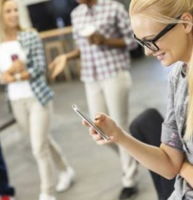 玩手机摔出脑震荡 经常低头玩手机的危害 低头玩手机的坏处