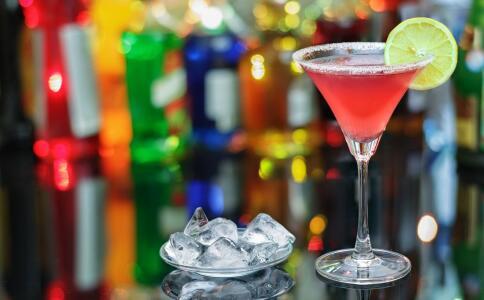 女性喝碳酸饮料好吗 女性喝碳酸饮料有哪些危害 哪些人不能喝碳酸饮料