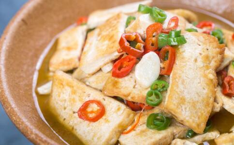 女人吃豆腐有哪些好处 女人吃豆腐要注意哪些 哪些人不能吃豆腐