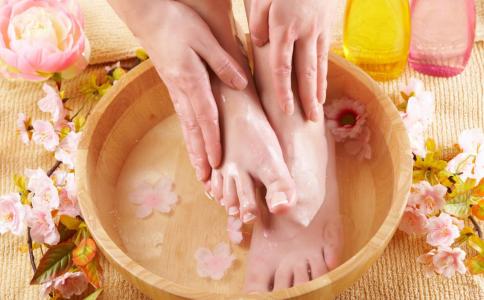 泡脚要多少水 泡脚水温多高合适 泡脚泡多久最好