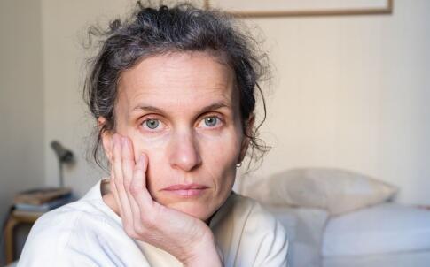 更年期缺钙的症状有哪些 女性更年期缺钙的影响 更年期补钙吃什么好