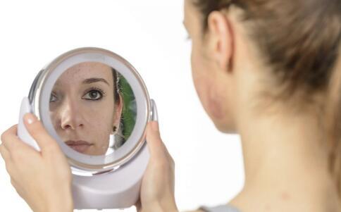 女性经期长痘是什么原因 经期要如何消除痘痘 经期吃哪些食物好