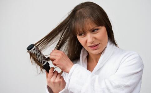 引起女人掉发的原因 女性掉发怎么办 掉发吃哪些食物好