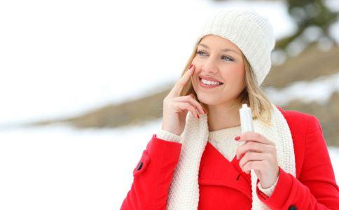 冬季皮肤干裂怎么办 冬季皮肤干裂如何护理 冬季皮肤保养的小窍门