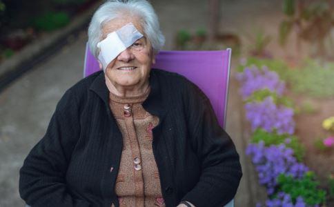 106岁白内障手术 白内障早期症状有哪些 如何预防白内障