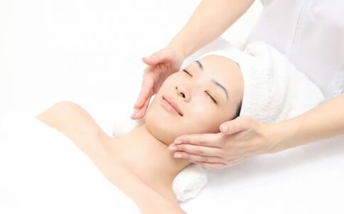 油性皮肤该怎么办 油性皮肤要如何护理 油性皮肤的改善方法