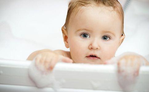 新生儿应该如何洗头 给新生儿洗头有哪些方法 新生儿洗头注意事项