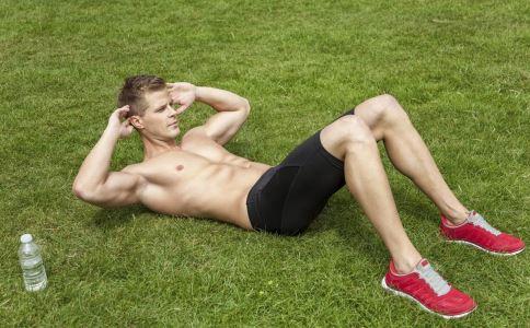 男性经常做仰卧起坐有什么好处 男性怎么做仰卧起坐 男人做仰卧起坐要注意什么