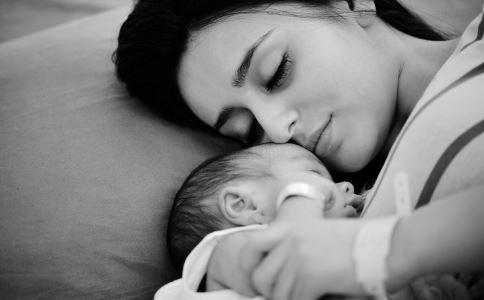 新生儿出生15分钟要做什么 和新生儿肌肤接触的好处 和宝宝亲密接触的益处