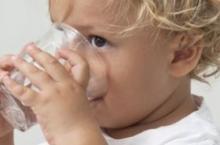 12个月龄就该用学饮杯了 再用奶瓶危害大