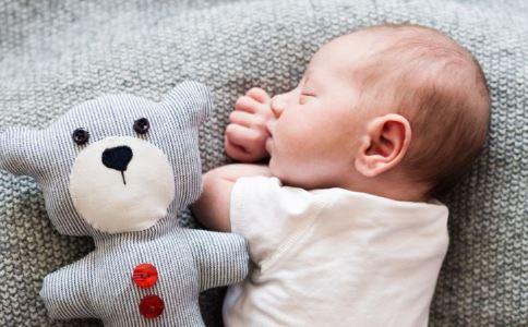 新生儿睡觉总爱吓一跳怎么办 新生儿睡觉总爱吓一跳如何处理 新生儿睡觉总爱吓一跳怎么应对