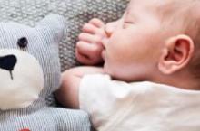 新生儿睡觉总爱吓一跳 家长该怎么安抚