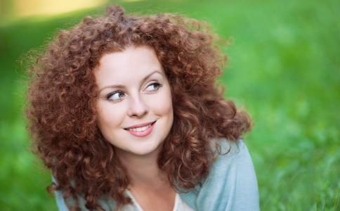 头发蓬松的人要烫什么发型 染什么颜色比较显白呢 2019年最流行的发色
