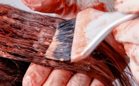 頭發蓬松的人要燙什么發型 染什么顏色比較顯白呢 2019年最流行的發色