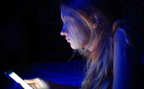 年轻人报复性熬夜  熬夜危害有哪些 熬夜有哪些坏处